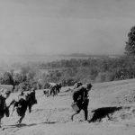 Presun obsluhy ťažkého guľometu gurjunov vz. 43 pred Duklou