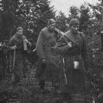 Sovietska pechota sa presúva hornatým terénom smerom ku Duklianskemu priesmyku